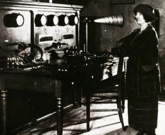 Femme devant un poste de télétransmission ancien