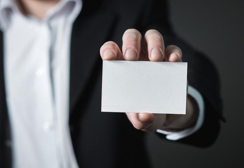Homme qui tend une carte de visite