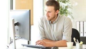 Homme devant un ordinateur