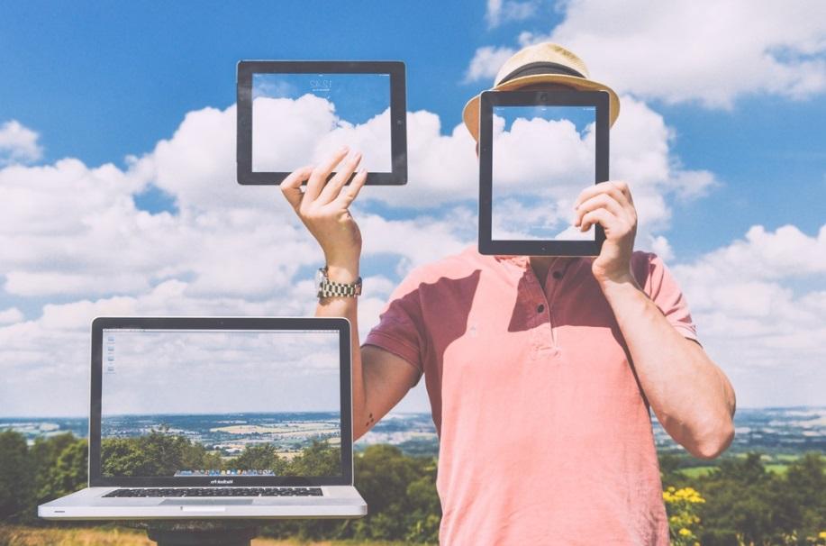 Homme avec des tablettes et un ordinateur