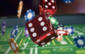 Jetons et dés de casinos jetés en l'air